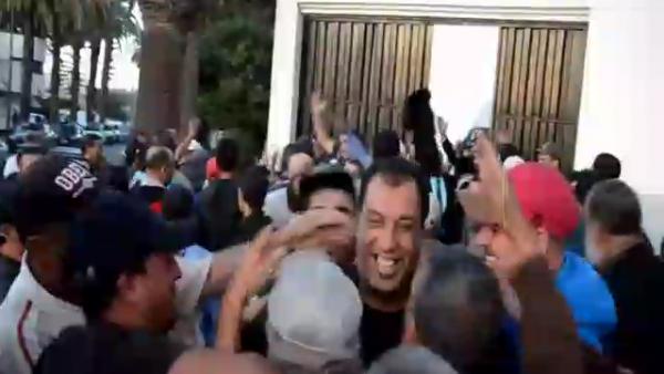 بالفيديو .. فرحة عارمة لحظة الافراج عن نقابيي سيارات الأجرة المعتقلين بالمحمدية
