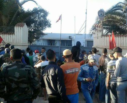 """عاجل !! مواطنون يحاصرون رجلا يرتدي """" الخمار """" على متن تريبورتور بنواحي المحمدية"""