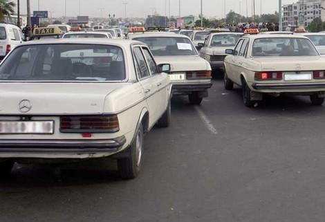 أرباب سيارات الأجرة الكبيرة يعرقلون حركة السير بعين حرودة
