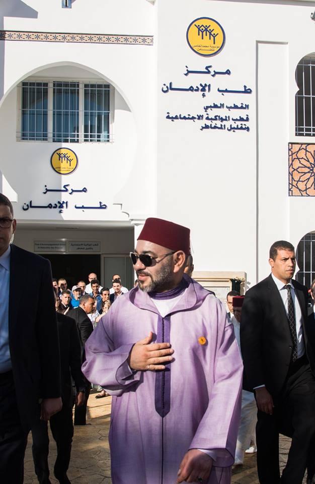 مواطنون يرفعون شعار ارحل في وجه الوزير  أخنوش أمام أنظار الملك