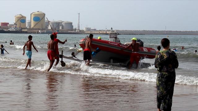 أمواج شاطئ زناتة بنواحي المحمدية تلفظ جثة شاب كان قد غرق مند 10 أيام