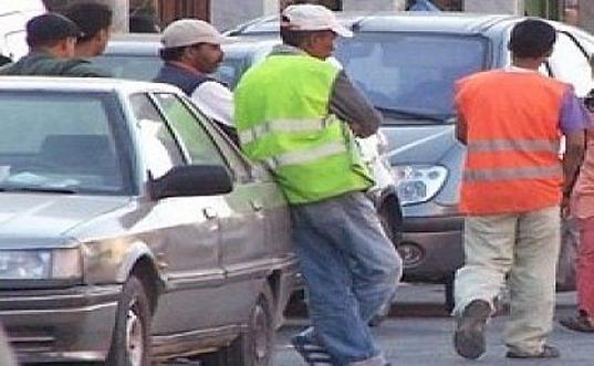 رغم عدم شرعيتها ،حراس سيارات يفرضون خمس دراهم على سائقيها بشواطئ المحمدية