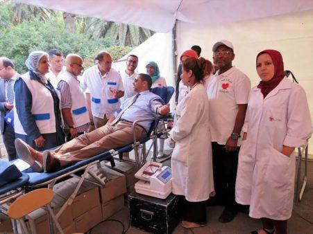 عامل عمالة المحمدية فوق سرير طبي