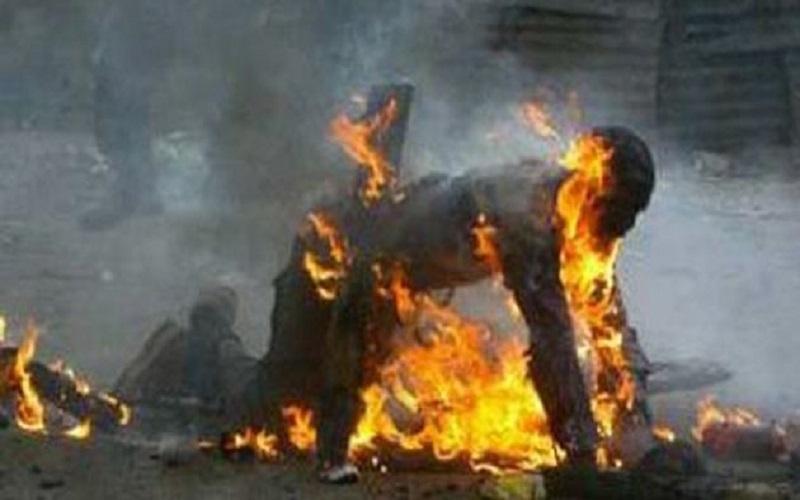 شخص من ذوي السوابق القضائية  يضرم النار عمدا في جسده بالشارع العام