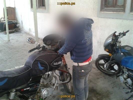 شرطي يساهم في سرقة دراجة نارية