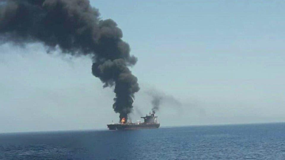 خليج عمان يشتعل، اندلاع حريق بناقلتي نفط