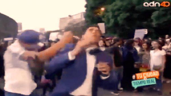 مراسل تلفزيوني  يتلقى أعنف ضربة من متظاهر غاضب  خلال  بث مباشر
