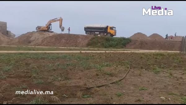 """المحمدية …..بالفيديو :  """" ميديا لايف """" ترصد طريقة تهريب الرمال لشاحنة  من شاطئ بالوما بعين حرودة"""