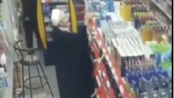 إيران …رجل دين إيراني يسرق  شيئا لن بخطر على البال بداخل متجر كبير
