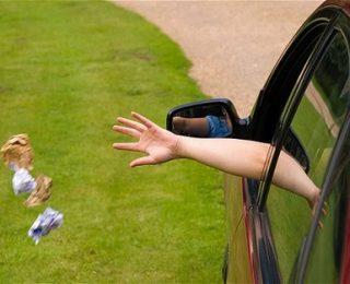 """حصيو روسكم ….الدرك الملكي يغرم سائقا رمى ورقة """" كلينيكس """""""