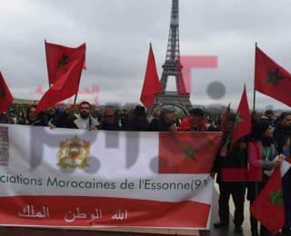 فرنسا … بالصور :  وقفة تنديدية لمغاربة المهجر  ضد حرق العلم
