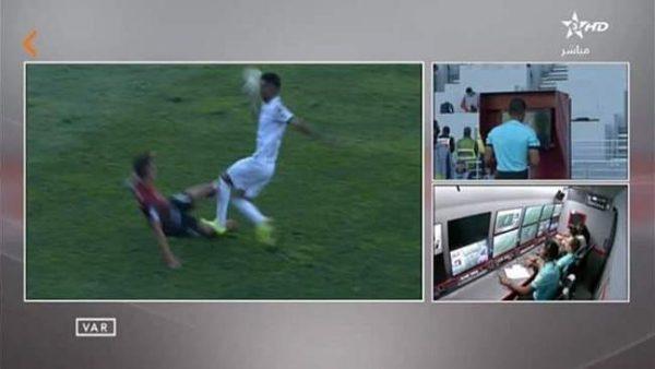 """في أول تجربة بالمغرب .. تقنية الفيديو"""" فار"""" تطرد لاعبا من الدفاع الحسني الجديدي"""