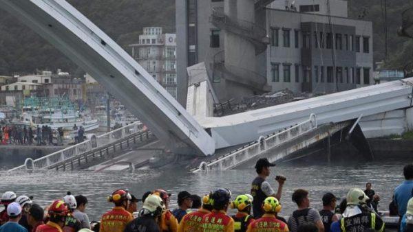 فرنسا …انهيار جسر يسفر عن سقوط شاحنة وسيارة وغرق اثنين من الركاب