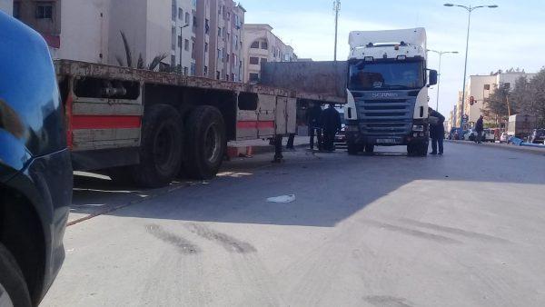 المحمدية …بالصور : شاحنة مقطورة تصدم سيارة وتقتلع عمود كهربائي