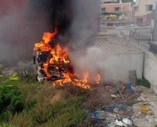 الدارالبيضاء .. بالصور : النيران تلتهم شاحنة
