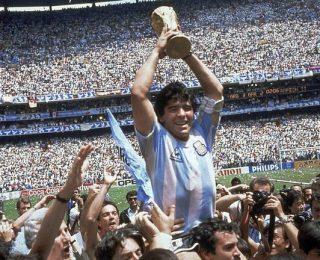 """أسطورة كرة القدم الأرجنتيني """" ماردونا """" يودعنا إلى الأبد"""