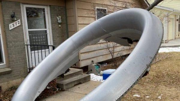 سقوط حطام طائرة بوينغ فوق منطقة سكنية بالولايات المتحدة المريكية ( فيديو )