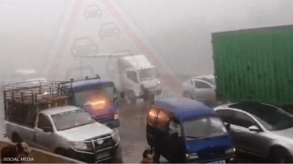 لحظة تصادم بين أكثر من 30 سيارة  وشاحنة في الجزائر.. فيديو