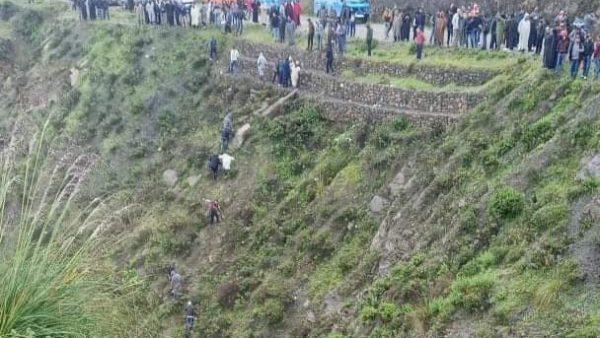 سقوط سيارة من علو منحدر يسفر عن مقتل 3 أشخاص وجرح إثنين