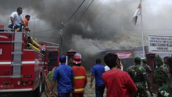 بالفيديو: مصرع 41 معتقلا  و80 من المصابين  في حريق داخل سجن بأندونيسيا