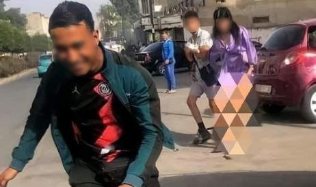 فيديو شاب يتحرش بفتاة في واضحة النهار يثير غضب رواد مواقع التواصل الاجتماعي