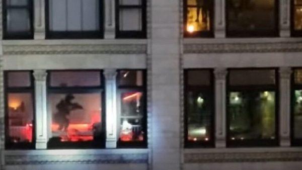 بالفيديو…الشرطة الأمريكية تحرر رهينة وتقتل خاطفها داخل شقة