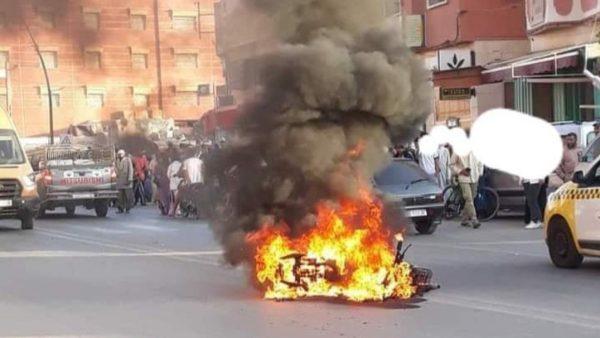 لقليعة…حارس للسيارات والدراجات  يحرق دراجة نارية أمام أعين مالكها